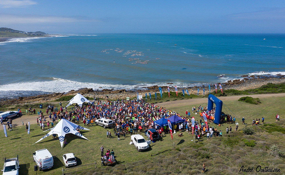 The start of the Discovery Surfers Challenge run in the foreground as the ski paddlers head out to sea. Photos:  Andre Oosthuizen (Discovery)